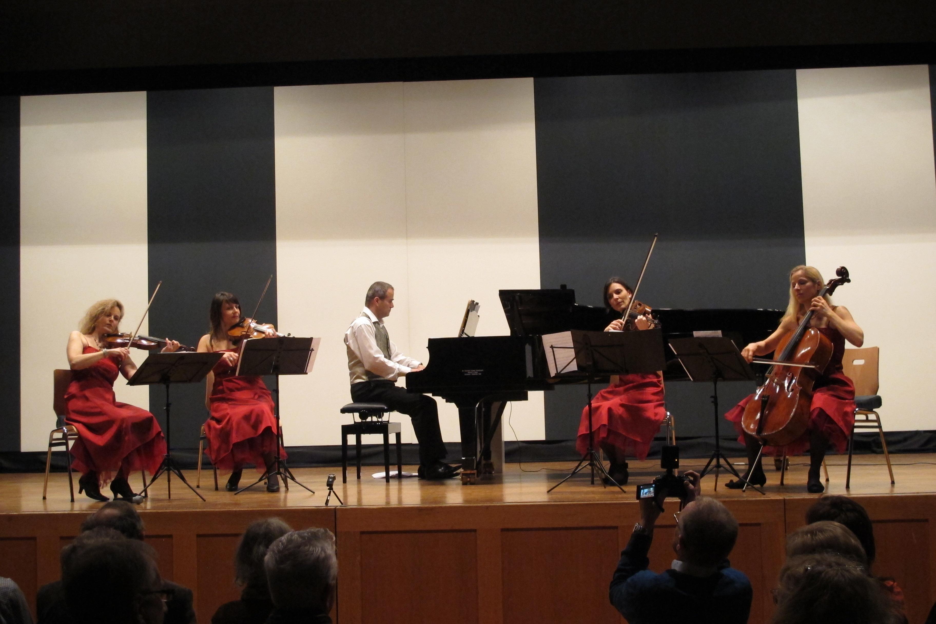 Quartett plus Klavierbegleitung