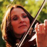 Katharina spielt Geige bei der jazzband Manon & Co