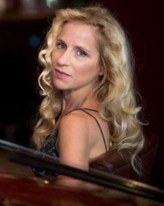 Sonja spielt cello bei der eventband